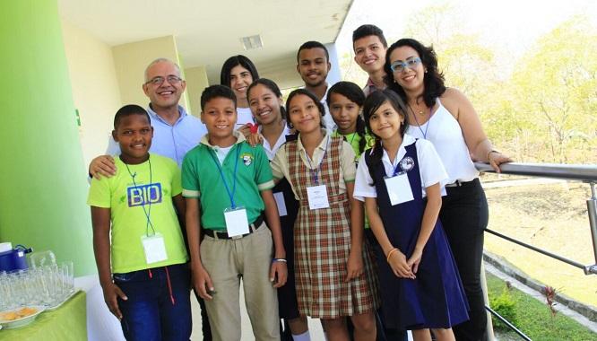 Niños Ondas Bolívar con el director de Colciencias, César Ocampo